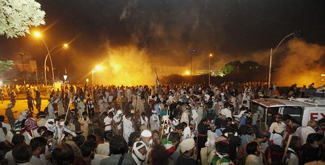 Protesters try to storm Pakistan Prime Minster Nawaz Sharif's home